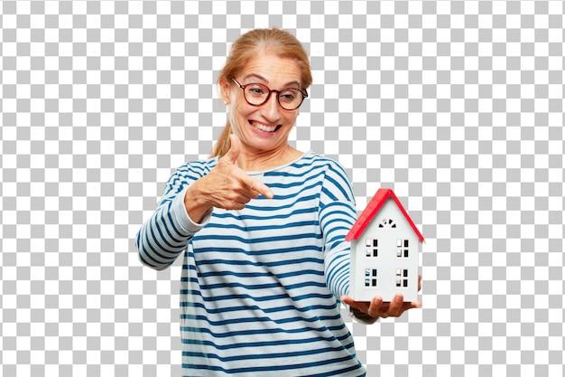 Senior mujer hermosa con un modelo de casa