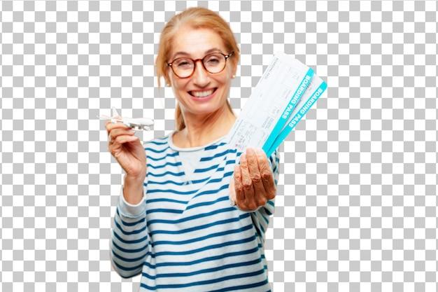 Senior mujer hermosa con una tarjeta de embarque entradas