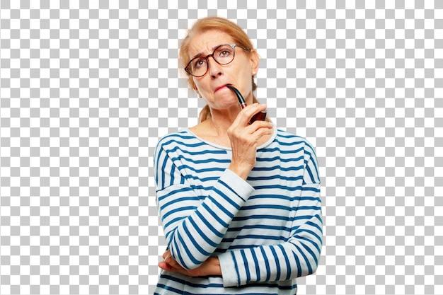 Senior mujer hermosa con un tubo de humo vintage