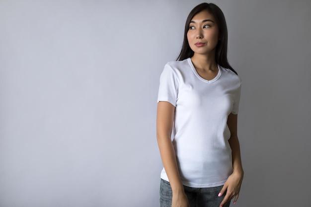 Señorita vistiendo camiseta con pantalones cortos jean