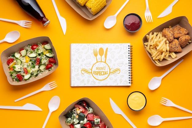 Servicio de comida gratis con maqueta de bloc de notas