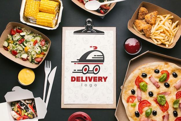 Servicio de comida gratis con maqueta de portapapeles