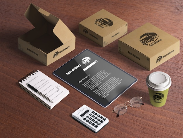 Set di articoli di consegna, scatole di cartone, tablet, calcolatrice, blocco note, tazza di caffè