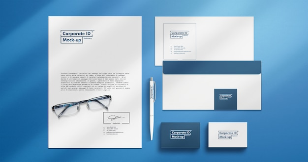 Set di mock-up di cancelleria di identità aziendale con oggetti mobili