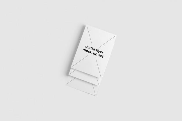 Set de tres mock up de folletos mate sobre fondo blanco