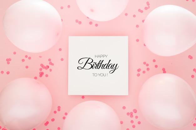 Sfondo di compleanno con coriandoli rosa e palloncini