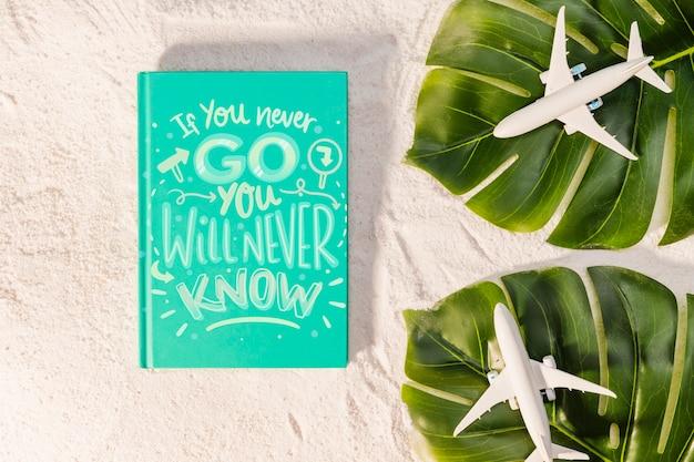 Si nunca vas, nunca lo sabrás, frase inspiradora sobre viajar, hojas tropicales y aviones de juguete
