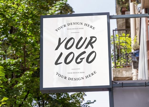 Signo de la marca de la tienda con maqueta de paisaje natural