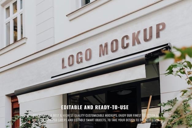 Signo de restaurante en un edificio blanco. visite kaboompics para obtener más información
