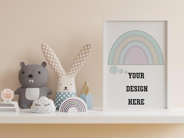 Simulacros de cartel en el interior de la habitación del niño, cartel en la pared crema vacía, renderizado 3d