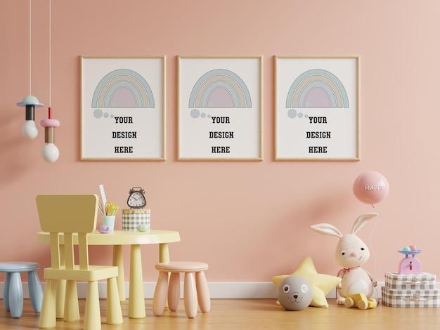 Simulacros de carteles en el interior de la habitación infantil, carteles sobre fondo de pared de color rosa vacío, representación 3d