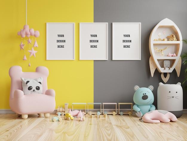 Simulacros de fotograma de póster en la habitación de los niños sobre fondo de pared gris iluminado y definitivo.