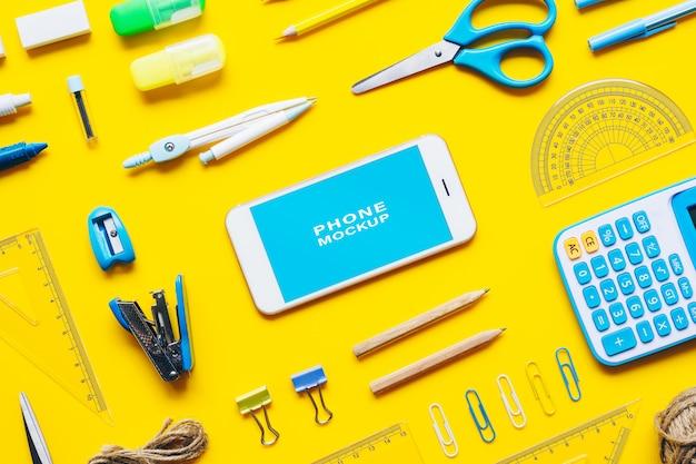 Simulacros de teléfono móvil de pantalla en blanco para volver al concepto de fondo de la escuela