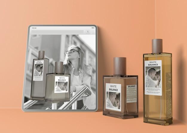 Sitio web con perfume al lado de botellas de perfume