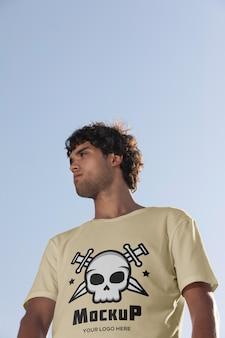 Skater masculino con camiseta de maqueta