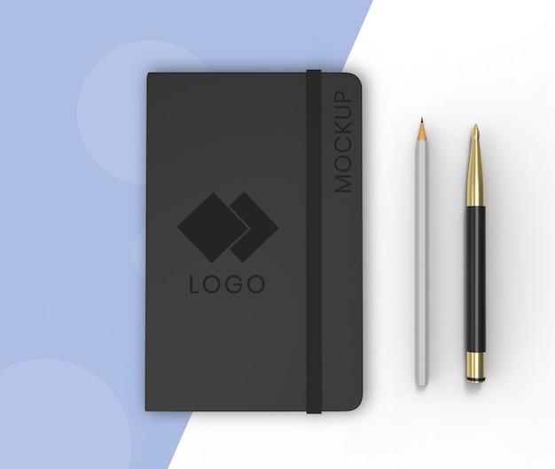 Sketchbook-model op blauw en wit