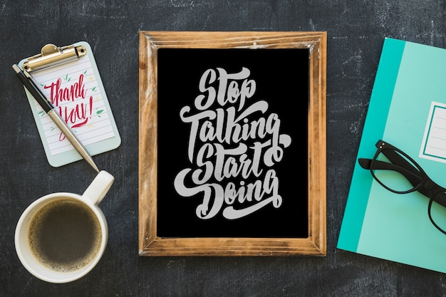 Slate mockup con caffè e blocco note
