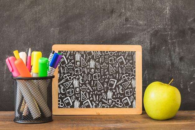Slate mockup con il ritorno al concetto di scuola