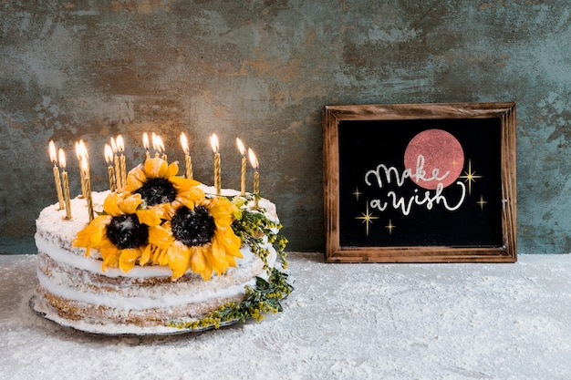 Slate mockup con torta di compleanno