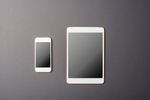 Slimme telefoon en tablet mockup op zwart