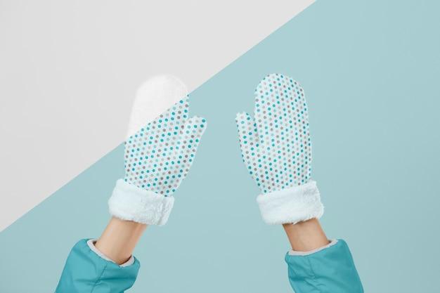 Sluit omhoog handen die handschoenen dragen