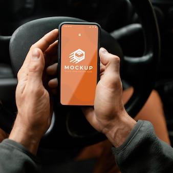 Sluit omhoog handen met smartphonemodel