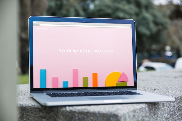 Sluit omhoog laptop model in openlucht