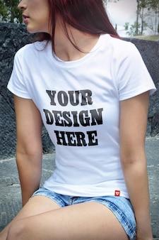 Sluit omhoog op vrouw die t-shirtmodel draagt
