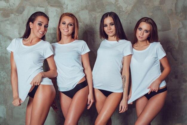 Sluit omhoog op vrouwen die t-shirtmodel dragen