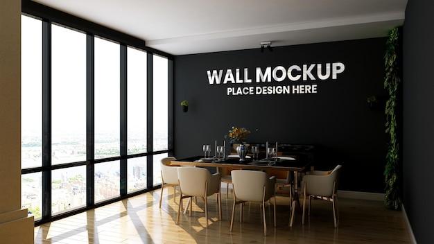 Sluit omhoog op zilveren embleemmodel op de muur van de koffiedecoratie