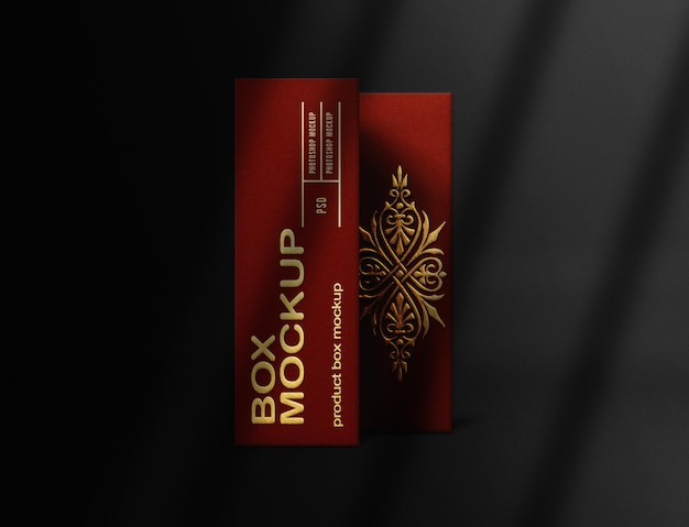 Sluit omhoog rood doosmodel met in reliëf gemaakt goud