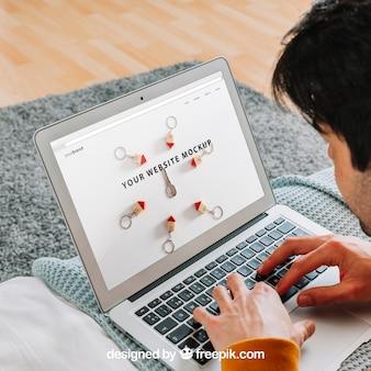 Sluit omhoog van de mens die laptop met behulp van