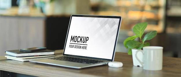 Sluit omhoog van draagbare werkruimte met laptopmodel