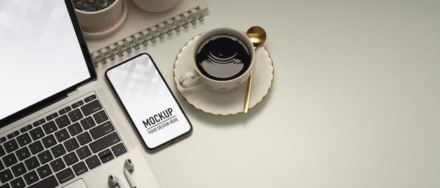 Sluit omhoog van werkruimte met model voor smartphone en laptop