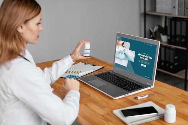 Sluit omhoog virtuele arts met geneeskunde