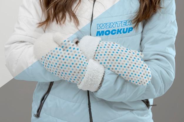 Sluit omhoog vrouw die handschoenen en jasje draagt