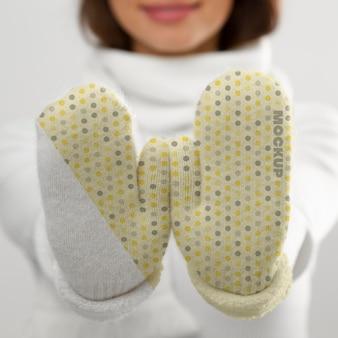 Sluit omhoog vrouw die handschoenen voorstelt