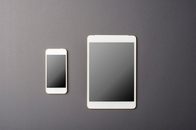 Smart phone e tablet mockup sul nero