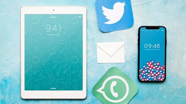 Smartphone e tablet mockup con il concetto di posta elettronica