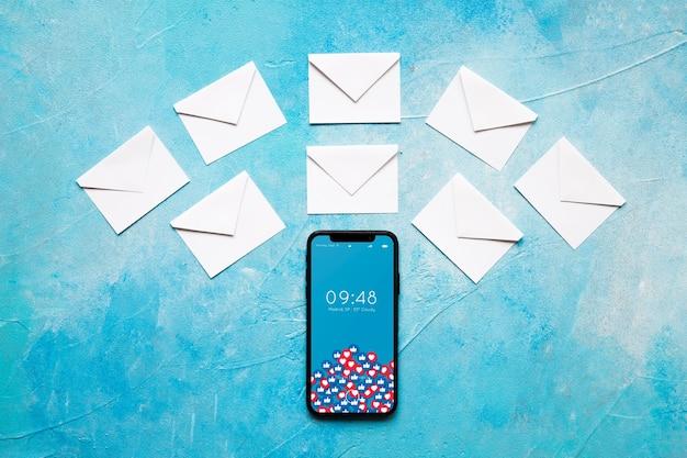 Smartphone en tabletmodel met e-mailconcept