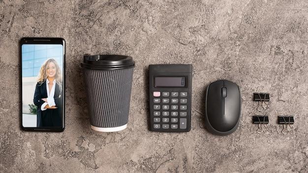 Smartphone-mockup met kantoorelementen