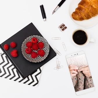 Smartphone-mockup met ontbijt op kantoor