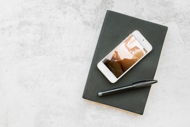 Smartphone-mockup op boek