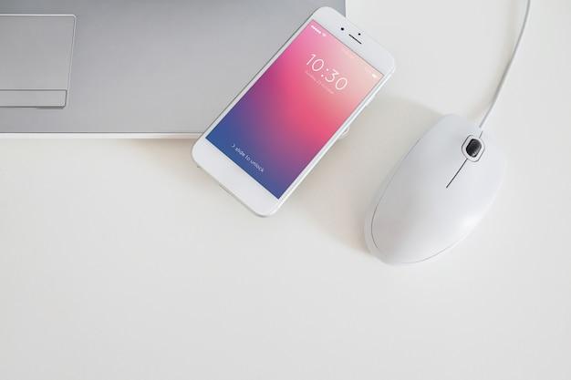 Smartphone-mockup voor app-presentatie naast computermuis