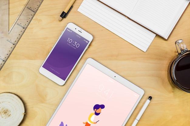 Smartphone-model met kantoorbenodigdheden op tafel