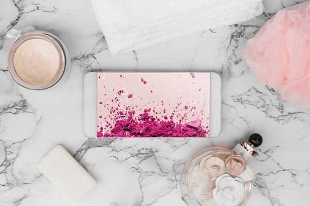 Smartphone-model op marmeren textuur