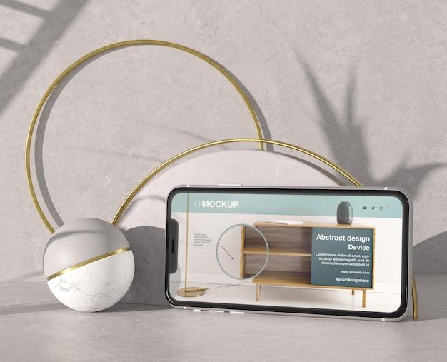 Smartphone-modelpresentatie met stenen en metalen elementen