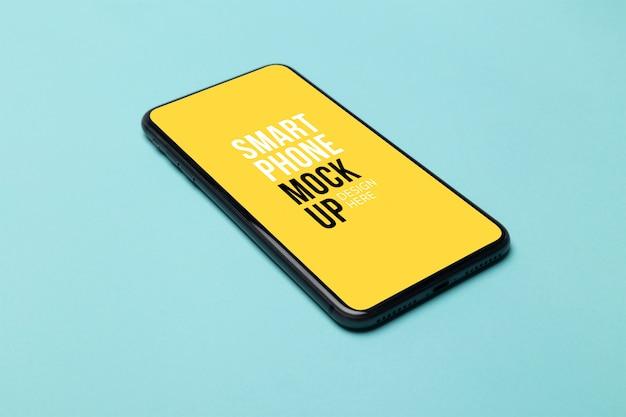 Smartphone nero con schermo su blu