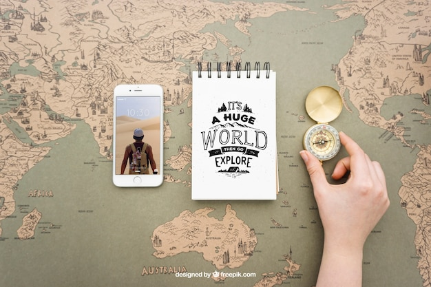 Smartphone, notitieblok en kompas