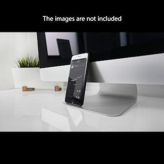 Smartphone op het computerscherm mock up